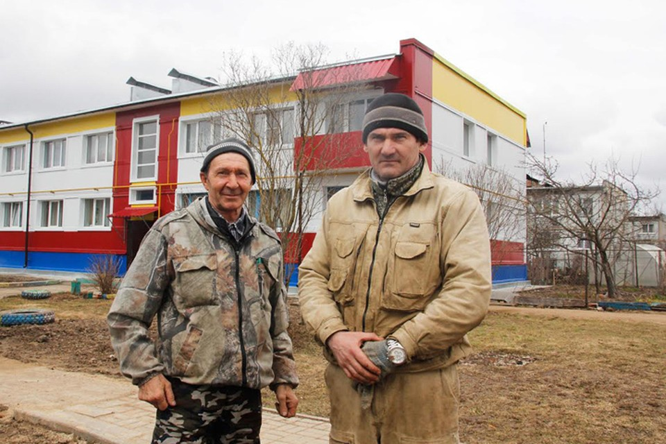 Эдуард Кузькин (справа) уверен, что после ремонта дома его квартира выросла в цене. Фото: Михаил КОСОВ