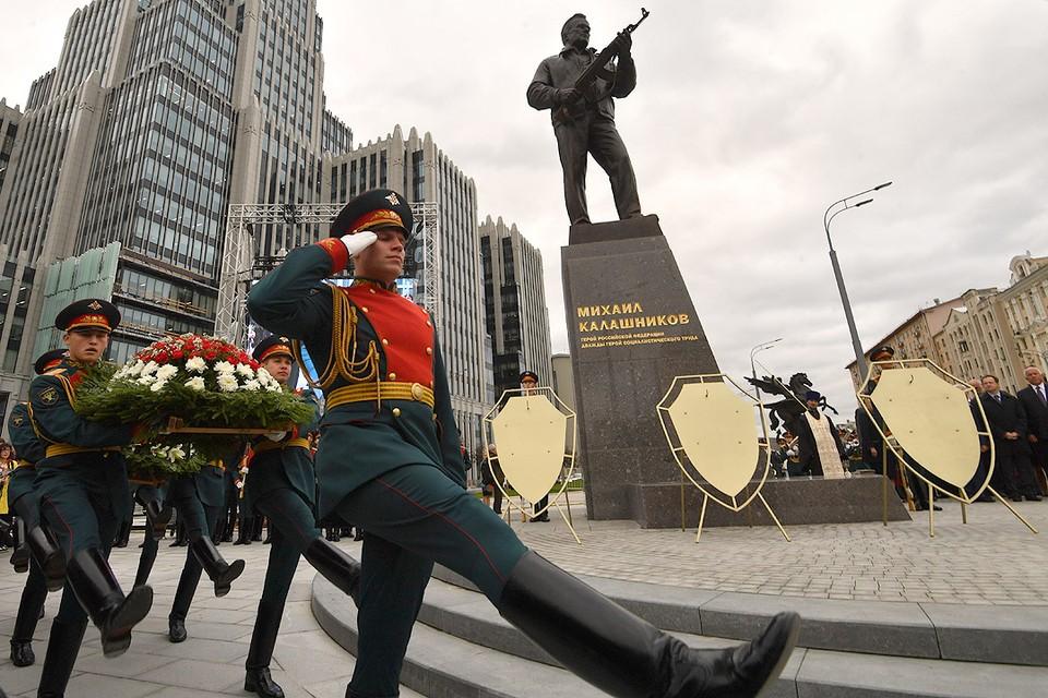 Памятник советскому оружейнику был открыт в центре Москвы во вторник 19 сентября.