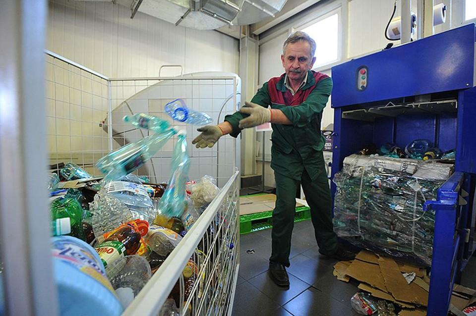 Наиболее популярное применение ПЭТ - производство пластиковых бутылок, которые на 100% перерабатываются.
