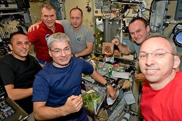 Перед первым полетом человека в космос ученые должны были решить: какой должна быть космическая еда и в каком виде
