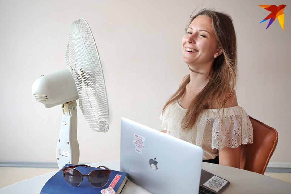 Вентилятор лучший аксессуар рабочего места, когда на улице +30