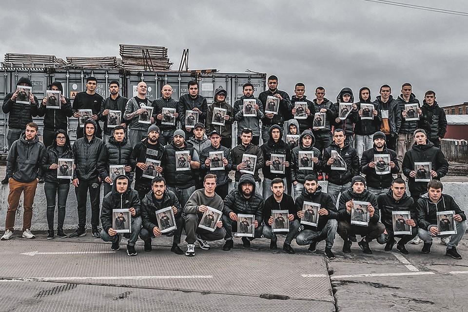 Масла в огонь подлил и флешмоб, который проводили члены азербайджанской диаспоры, фотографируясь с портретами убитого.