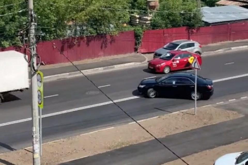 """Иномарка пересекла двойную сплошную линию. Скриншот с видео, группа """"Дороги Ярославля"""", """"Фейсбук"""""""
