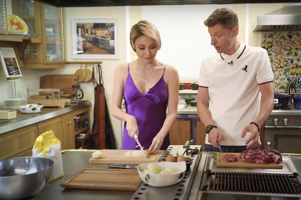 Павел Воля пришел в кулинарный ютуб-проект «Дерзкая готовка», чтобы поговорить по душам. Фото: стоп-кадр видео
