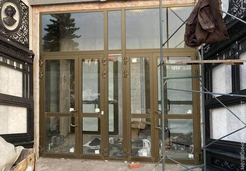 «Это двери из салона красоты?», - иронизирует Лев Владов. Фото: Челябинский урбанист/t.me