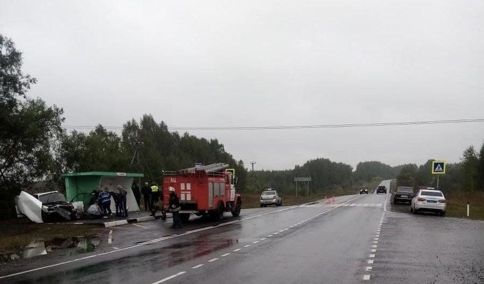 Легковушка протаранила остановку под Нижним Новгородом: Один человек погиб и двое пострадали