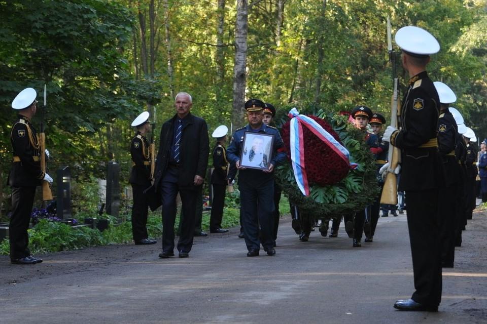 В Санкт-Петербурге похоронили главу МЧС Евгения Зиничева, трагически погибшего в Норильске.