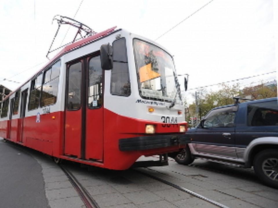 На востоке Москвы пассажиры трамвая раскурочили припаркованную на путях машину