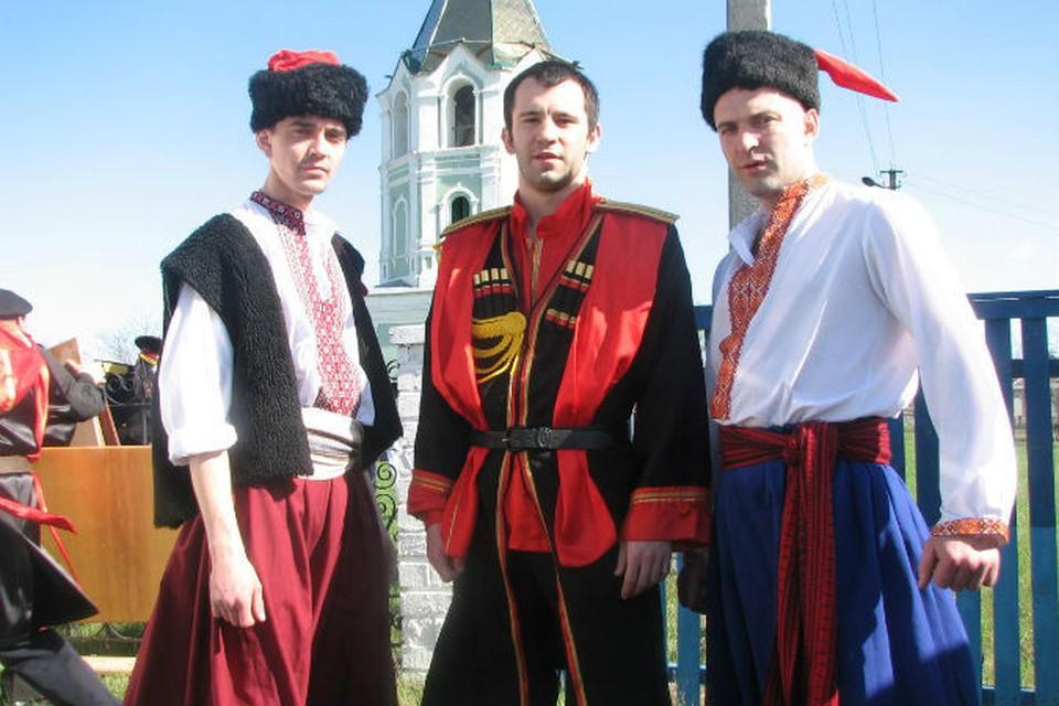 Николай Леонов (в центре)  состоял в казачестве
