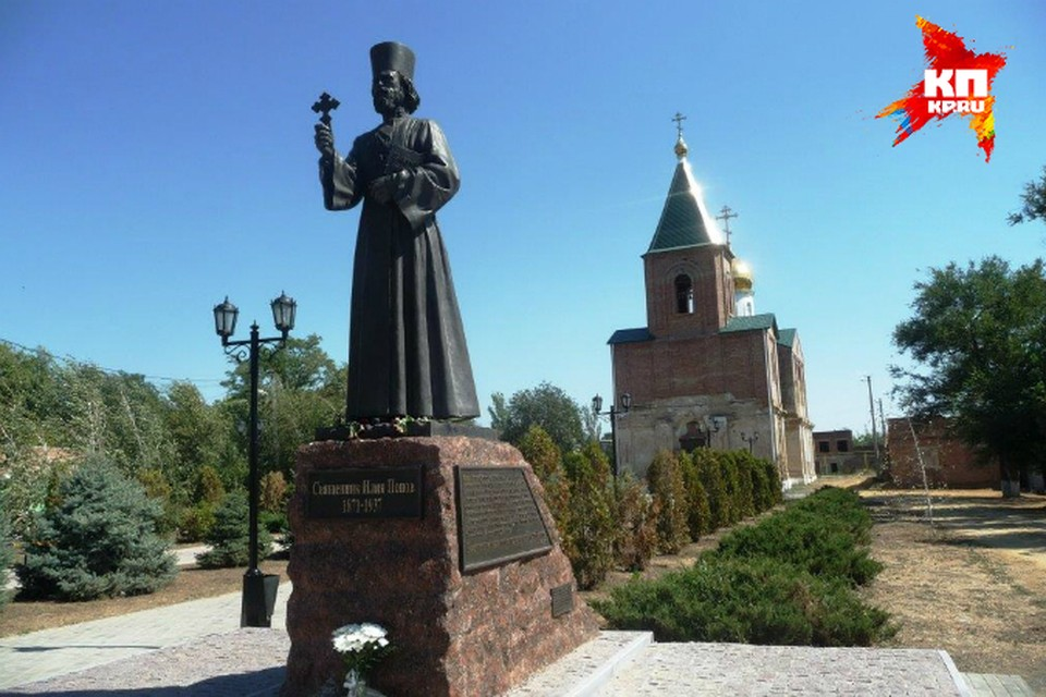 Примерно на этом самом месте, где открыт мемориал, погиб во время репрессий в 37-м священник Илия Попов.